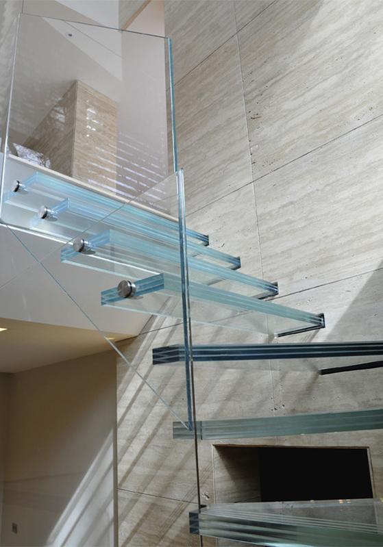 Scala con gradini in vetro (particolare)