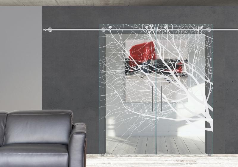 TREE - Decorazione con diverse intensità di sabbiatura sulle due faccie del vetro. Sistema scorrevole esterno muro.